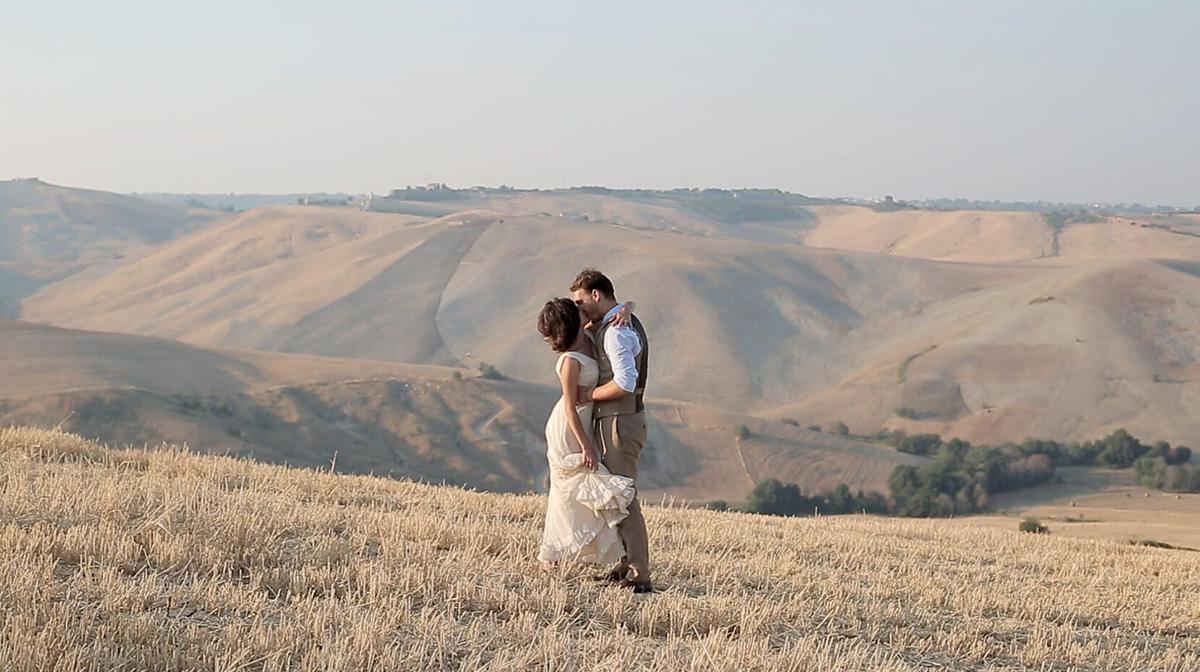Max e Sia abbracciati nello splendido paesaggio abruzzese il giorno del loro matrimonio