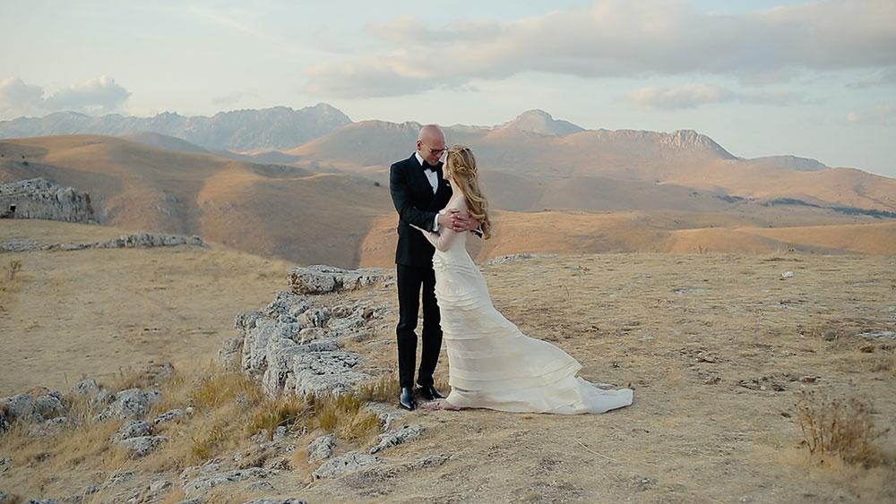 Jessica e Luca appena sposati, sullo sfondo Rocca Calascio, in Abruzzo