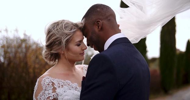 Carina e Duane embrace during their wedding